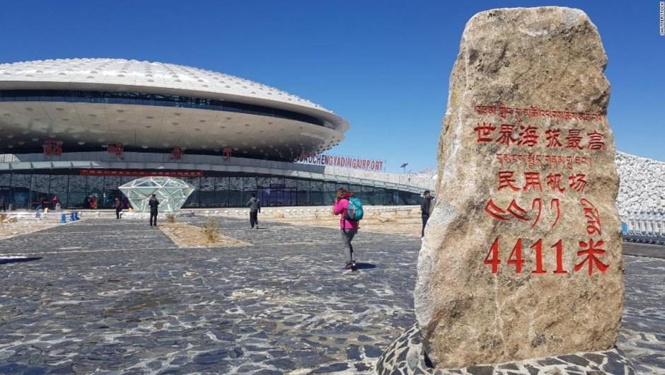 Los aeropuertos más extremos del mundo: desde las tierras salvajes del Ártico hasta la aislada Isla de Pascua, se han construido aeropuertos en algunos lugares increíbles. El aeropuerto de Daocheng Yading (en la foto) en la provincia china de Sichuan está, a 4.441 metros sobre el nivel del mar, el aeropuerto más alto del mundo.