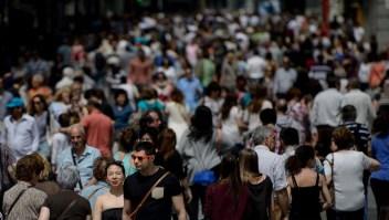Multitud en una calle de Madrid, donde se acaban de tomar medidas para gestionar el turismo masivo.