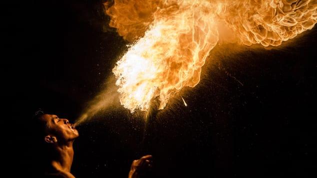 """Un musulmán expulsa fuego durante un juego de fuego de fútbol, conocido como """"bola api""""."""