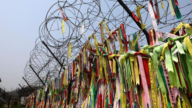 Los civiles cubrieron una valla de alambre de púas con cintas de oración cerca de la zona desmilitarizada.