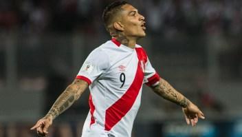 celebra el gol ante Colombia que le dio a Perú el pase al repechaje ante Nueva Zelanda. (Créditos: ERNESTO BENAVIDES/AFP/Getty Images)