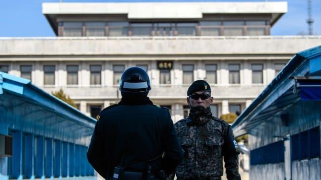 Soldados surcoreanos hacen guardia en la aldea fronteriza de Panmunjom.