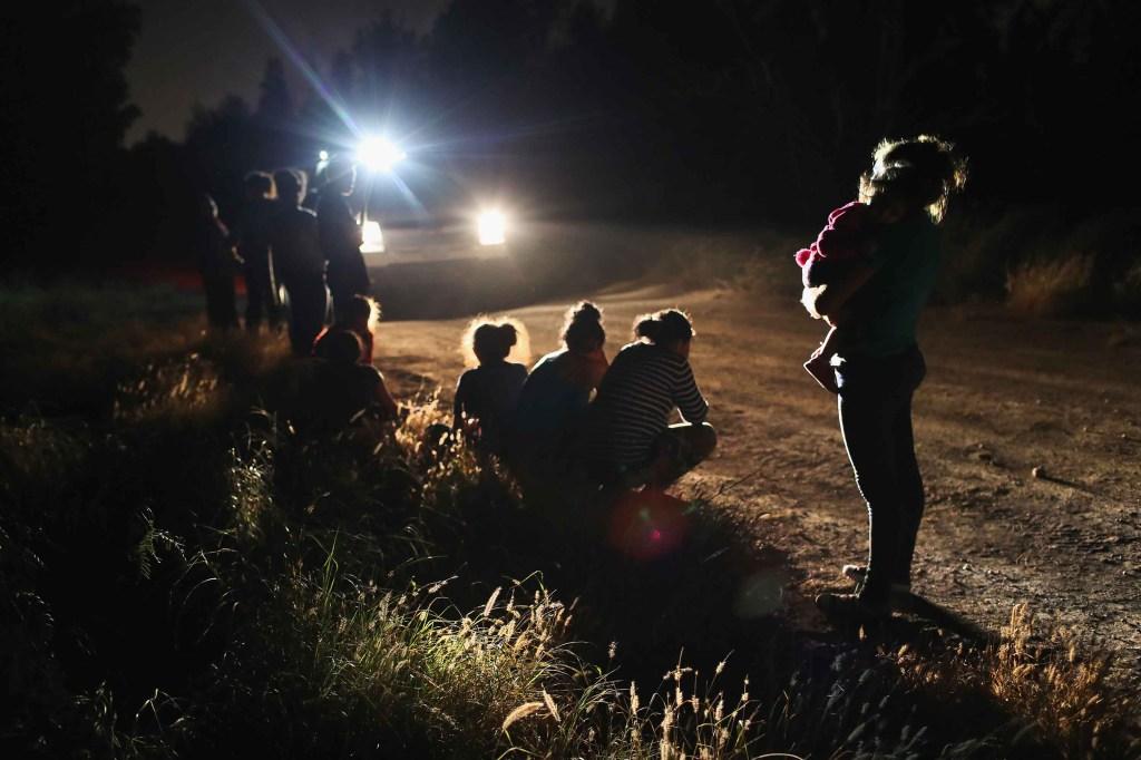 Agentes de la Patrulla Fronteriza detienen a un grupo de inmigrantes centroamericanos en la frontera de Estados Unidos y México cerca de McAllen, Texas. (Crédito: John Moore/Getty Images)