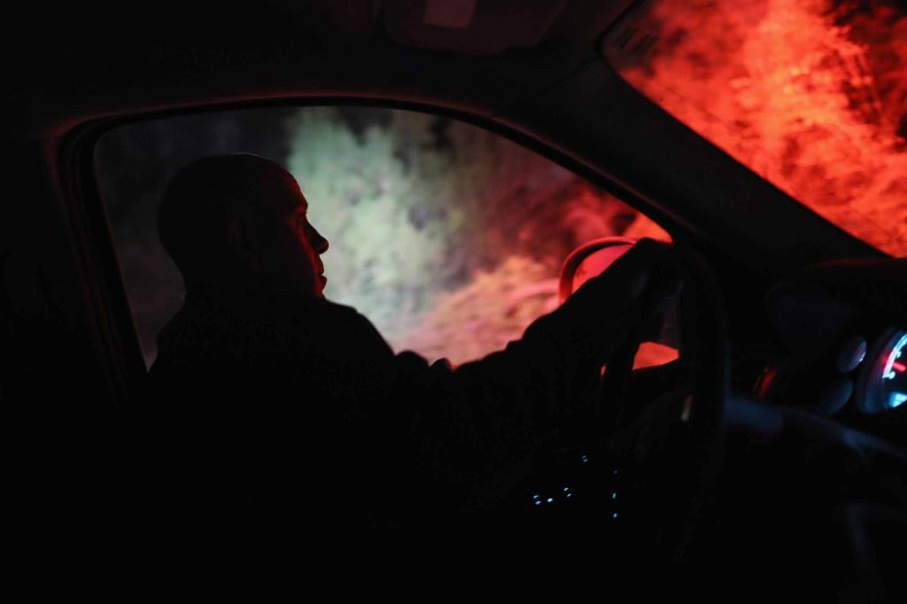 Un agente de la Patrulla Fronteriza lanza un reflector cerca de la frontera el 12 de junio. (Crédito: John Moore/Getty Images)