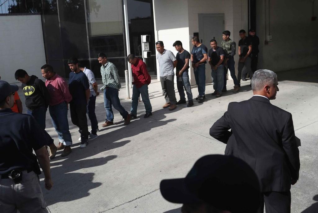Inmigrantes con grilletes al salir de un tribunal federal de EE. UU. en McAllen, Texas, el lunes 11 de junio. (Crédito: John Moore/Getty Images)