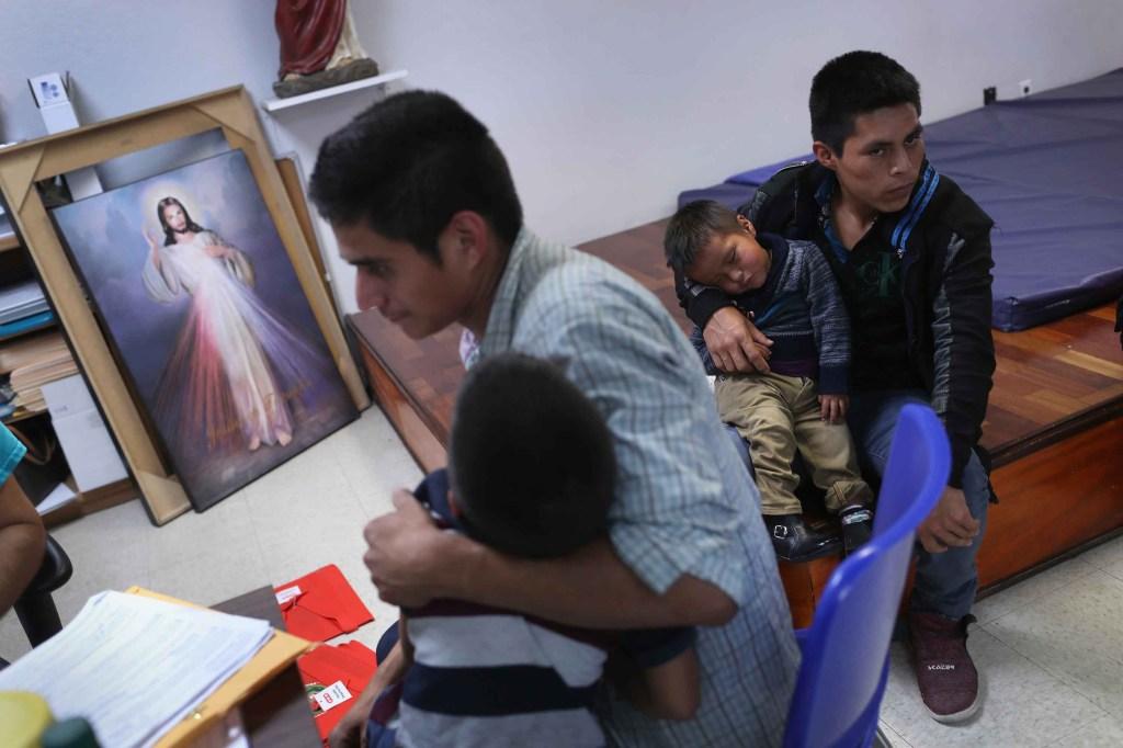 """Algunos inmigrantes se refugian en un """"centro de relevo"""" de ONG católicas después de ser liberados de la custodia. (Crédito: John Moore/Getty Images)"""