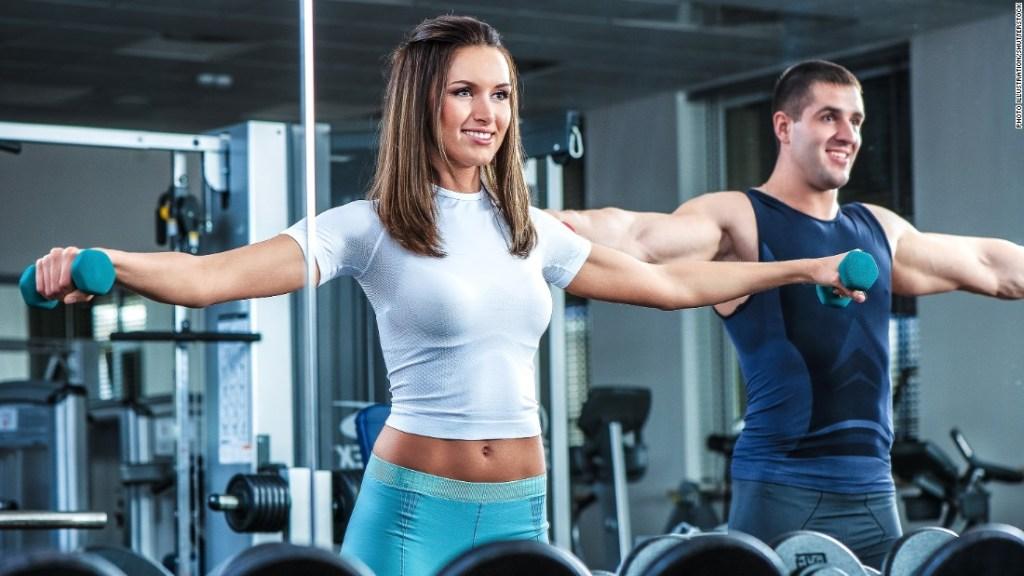 Pareja hace ejercicio físico