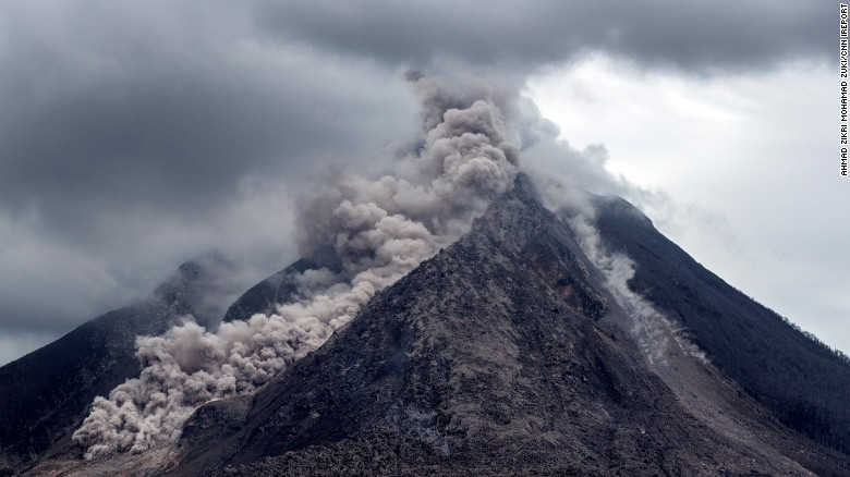 Ceniza espesa, fragmentos de roca y gases volcánicos se vierten desde el Monte Sinabung en Indonesia. La agencia gubernamental de gestión de desastres naturales elevó el nivel de alerta el 5 de junio de 2015.