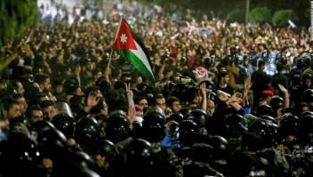 Enfrentamientos entre agentes de Policía y manifestantes en Jordania el 2 de junio de 2018. (Crédito: KHALIL MAZRAAWI/AFP/Getty Images)
