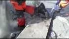 Bomberos arriesgan los pies entre la ceniza caliente