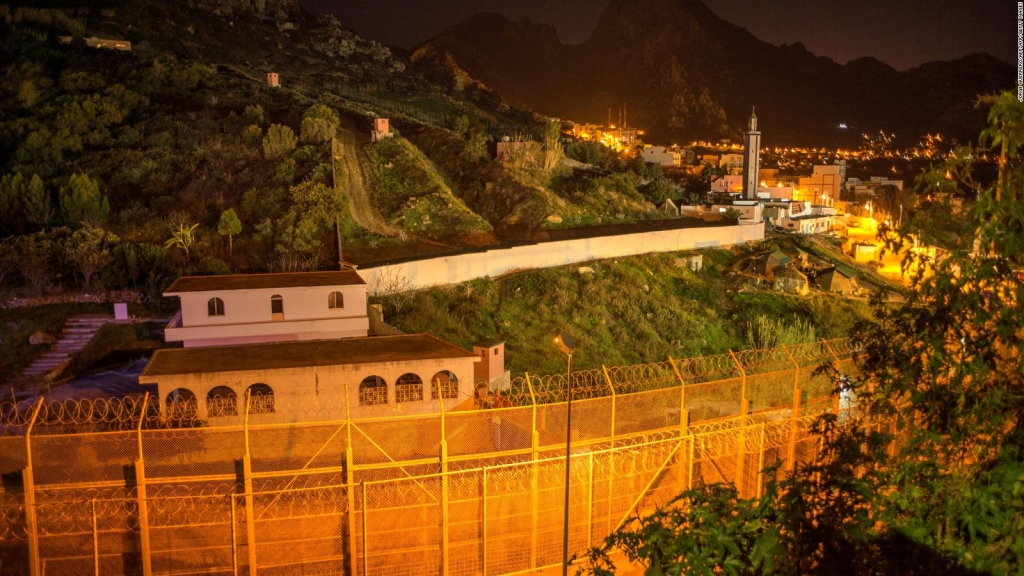 Inmigrantes intentan cruzar la valla entre España y Marruecos