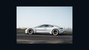 Porsche lanza su primer auto 100% eléctrico