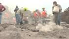 Desentierran familias bajo el lodo caliente del volcán de Fuego