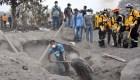 Sobrevivientes del volcán de Fuego exigen restos de sus familiares