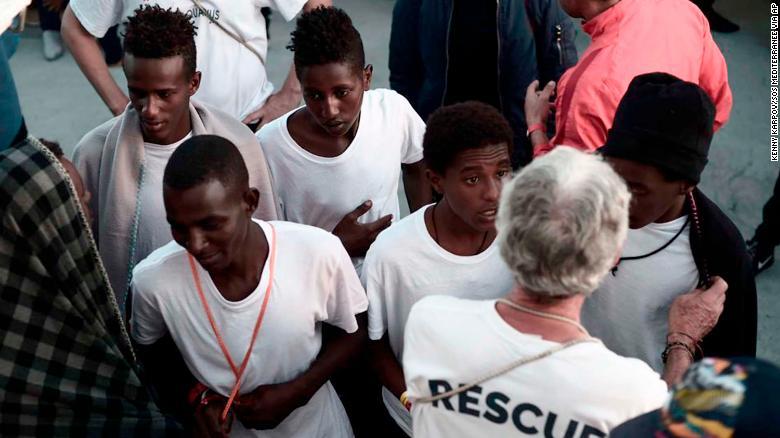 Entre los migrantes rescatados hay 123 menores no acompañados. (Crédito: Kenny Karpov/SOS Mediterranee via AP)