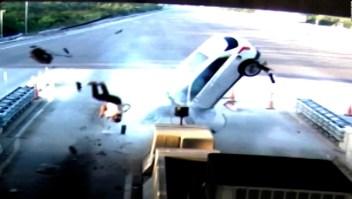 Pasajero salió expulsado de su auto tras violento choque