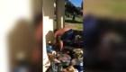 Video viral: corredor desecha pertenencias de un hombre sin hogar