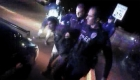 Video muestra a policías golpeando a un sospechoso