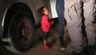 Niña de dos años llora cuando agentes de inmigración detienen a su madre al cruzar a Estados Unidos. (Crédito: John Moore/Getty Images)