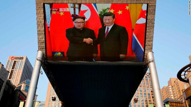 Imagen del encuentro entre Kim Jong Un y el presidente de China, Xi Jinping. (Crédito: AP Photo/Andy Wong)