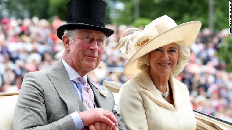 El príncipe Carlos, príncipe de Gales, y Camilla, duquesa de Cornwall, iban en el segundo coche de caballos en la procesión real.