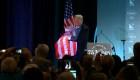 Los abrazos de Trump a la bandera de EE. UU. son virales