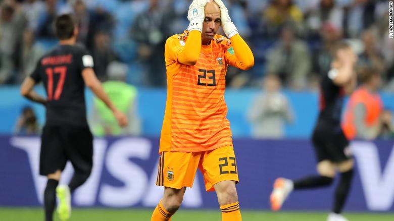 Caballero parece desanimado después de que su error conduzca a un gol de Croacia.