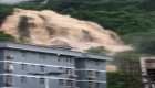 Enorme muralla de agua inunda todo a su paso en Yunnan, China