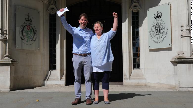 Charles Keidan y Rebecca Steinfeld celebrando a las puertas del juzgado. (Crédito: Rob Pinney/London News Pictures via ZUMA Wire)