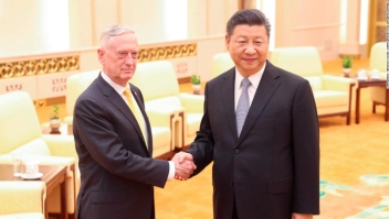 Xi Jinping junto a James Mattis en el Gran Salón del Pueblo, en Beijing.