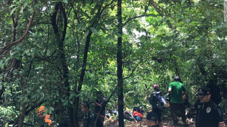 Los excursionistas tienen que ir por la espesa jungla y las difíciles condiciones en el camino hacia el sitio de la chimenea.