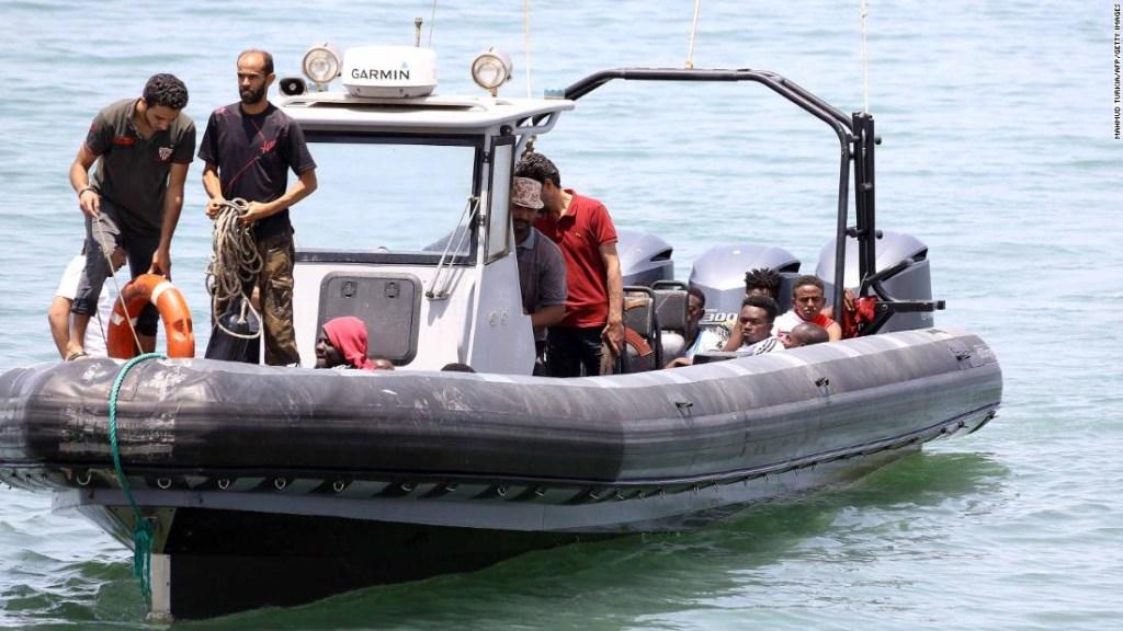 Los migrantes que sobrevivieron al hundimiento de un bote inflable frente a la costa de Libia son llevados a tierra al este de la capital, Trípoli, el viernes. (Crédito: MAHMUD TURKIA/AFP/Getty Images)