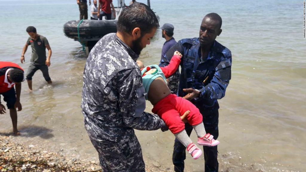 Los miembros de las fuerzas de seguridad libias llevan el cuerpo de un bebé a tierra al este de la capital, Trípoli. (Crédito: MAHMUD TURKIA/AFP/Getty Images)