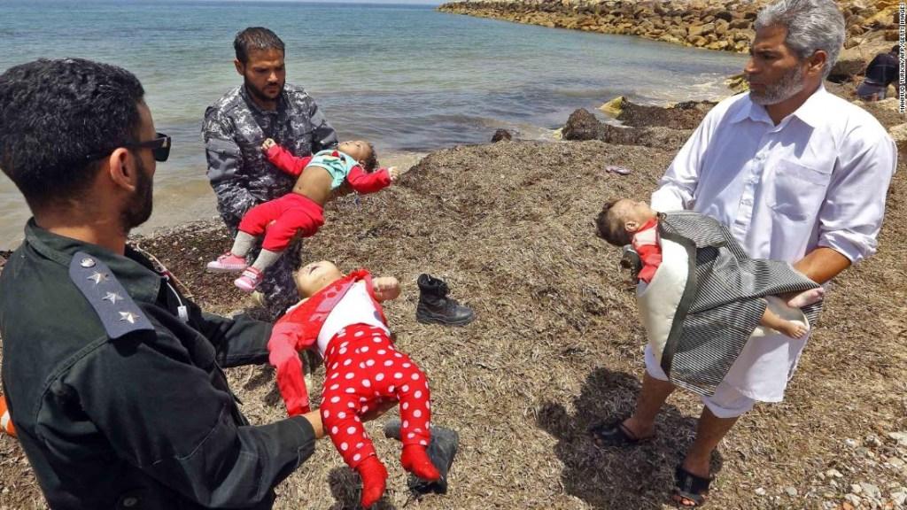Los tres bebés estaban entre decenas de personas en un bote de goma. (Crédito: MAHMUD TURKIA/AFP/Getty Images)