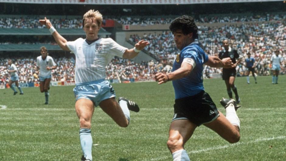 La Copa Mundial de 1986 se celebró en México y la ganó Argentina tras un partido contra la República Federal de Alemania. En la imagen, Diego Armando Maradona, de Argentina, en un encuentro contra Inglaterra. (Crédito: STAFF/AFP/Getty Images)