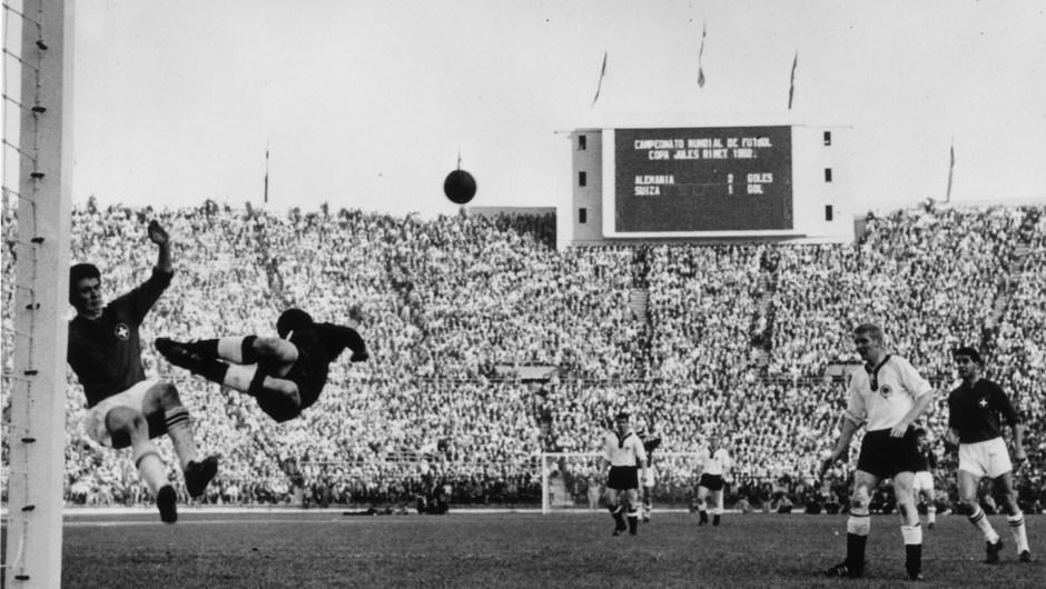 Chile fue la sede del Mundial de 1962, que también lo ganó Brasil. En la imagen, partido de la primera ronda entre Suiza y Alemania. (Crédito: Keystone/Getty Images)