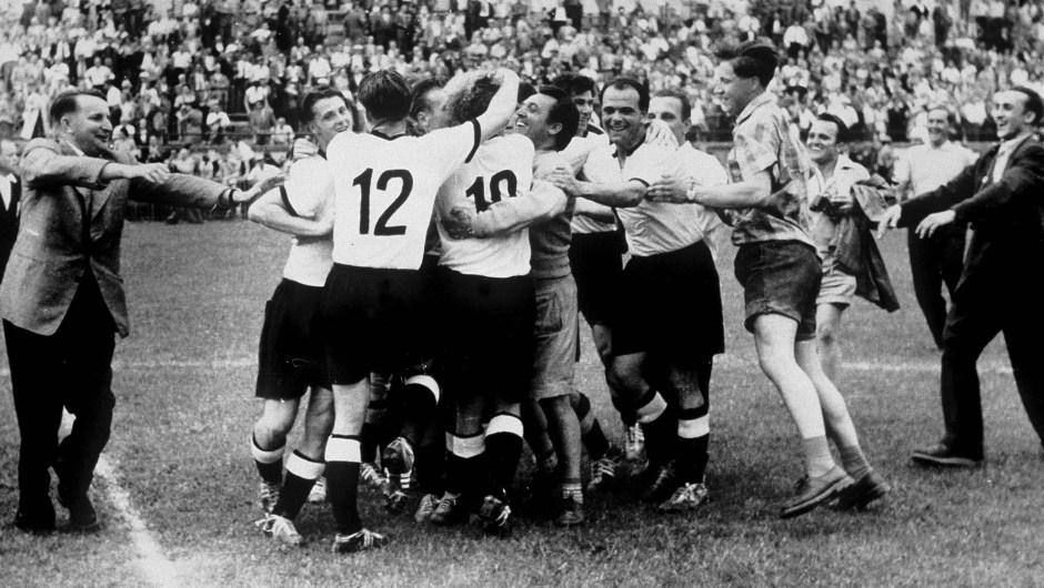 Suiza fue el siguiente destino de la siguiente cita de la Copa del Mundo de Fútbol en 1954. En esa ocasión, el trofeo se lo llevó la República Federal de Alemania. (Crédito: Bongarts/Getty Images)
