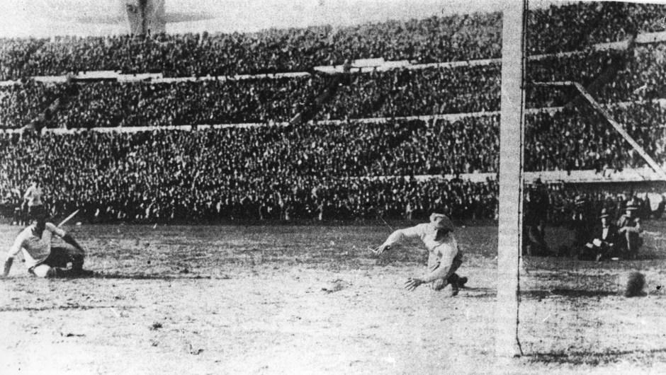 La primera Copa Mundial de Fútbol fue en Uruguay en 1930 y la ganó el Anfitrión. En la imagen, gol de Uruguay en la final contra Argentina en Montevideo el 30 de julio de 1930. (Crédito: Allsport/Hulton/Getty).