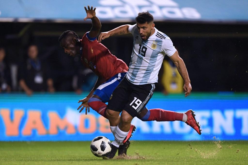 Sergio Agüero representa a Argentina y es uno de los 16 futbolistas del Manchester City que disputarán el Mundiial de Rusia 2018. En la imagen, en un partido amistoso contra Haití. (Crédito: EITAN ABRAMOVICH/AFP/Getty Images)