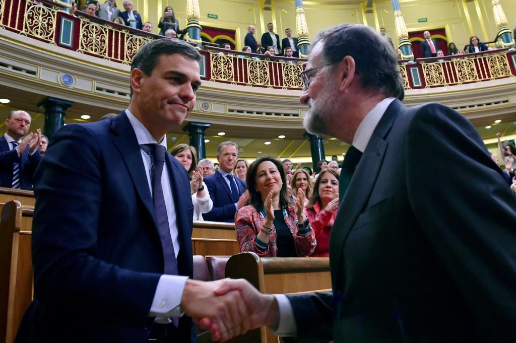 Mariano Rajoy, ya expresidente del Gobierno de España, da la mano a Pedro Sánchez, recién elegido jefe del Ejecutivo tras ganar una moción de censura el 1 de junio de 2018. (Crédito: PIERRE-PHILIPPE MARCOU/AFP/Getty Images)