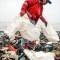 Voluntarios recogen restos de bolsas de plástico en la playa de Lima, Perú, con motivo del Día del Medio Ambiente, este 5 de junio de 2018. (Crédito: ERNESTO BENAVIDES/AFP/Getty Images)