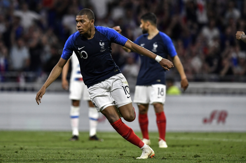Kylian MBappe es uno de los 12 internacionales del Paris Saint-Germain. En la imagen, celebrando un gol en un partido amistoso contra Estados Unidos. (Crédito: JEFF PACHOUD/AFP/Getty Images)