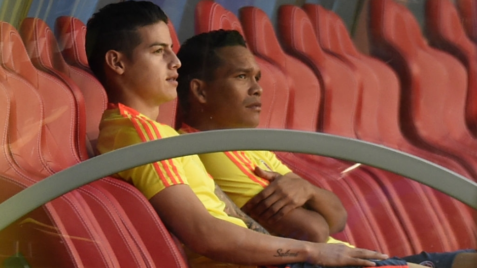 Colombia's midfielder James Rodriguez and Colombia's forward Carlos Bacca (R) sit on the bench during a training session with Colombia's coach Jose Pekerman (C) on June 18, 2018 at the Mordovia Arena in Saransk during the Russia 2018 World Cup football tournament. (Photo by JUAN BARRETO / AFP) (Photo credit should read JUAN BARRETO/AFP/Getty Images)