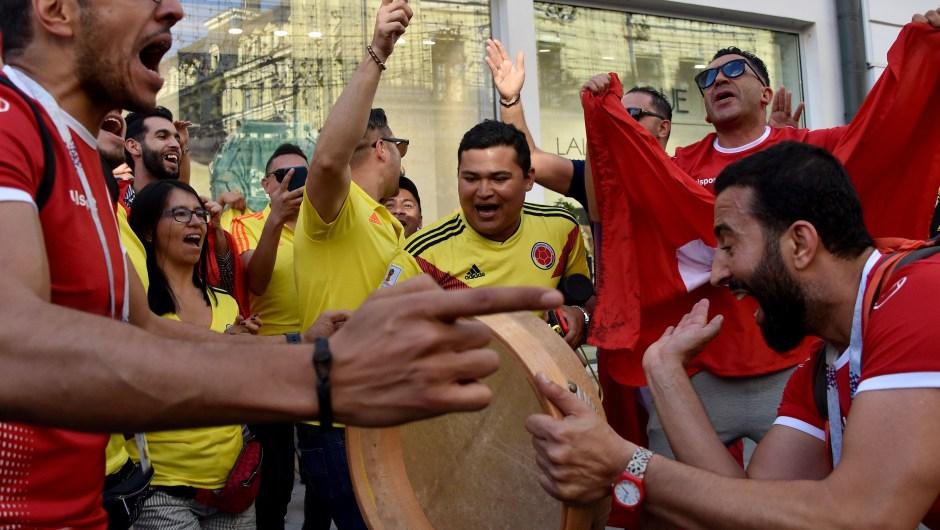 Fanáticos de Túnez y Colombia celebran juntos frente al Kremlin, en Moscú. (Crédito: VASILY MAXIMOV/AFP/Getty Images)