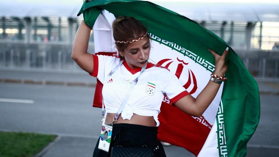 Una fanática de Irán posa delante del estadio en el que la selección se enfrenta a España. (Crédito: BENJAMIN CREMEL/AFP/Getty Images)