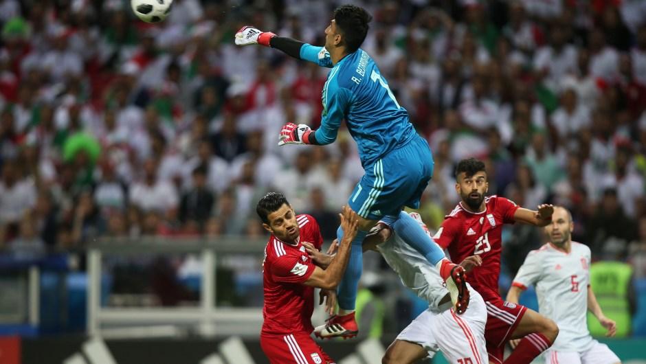 El arquero de Irán, Alireza Beiranvand, para un balón en el partido contra España. (Crédito: ROMAN KRUCHININ/AFP/Getty Images)