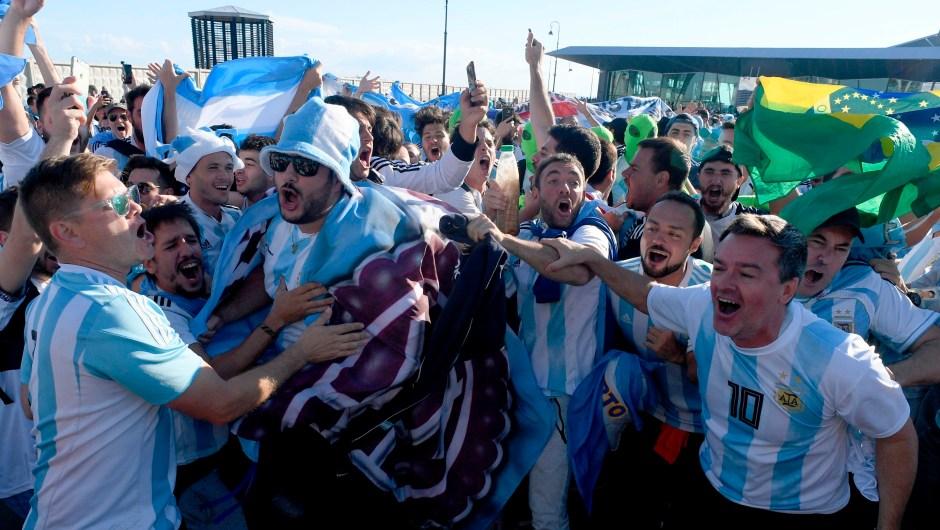 Fanáticos de Argentina en la previa del partido ante Nigeria en San Petersburgo. (Crédito: OLGA MALTSEVA/AFP/Getty Images)