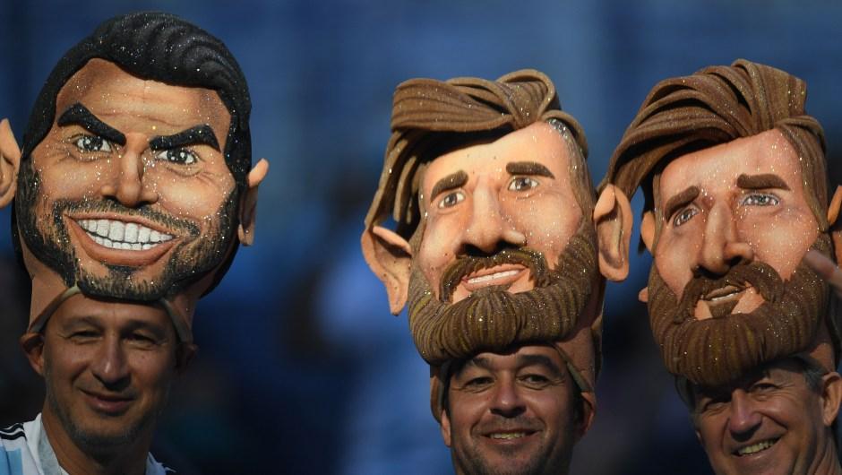 Fanáticos de Argentina con máscaras de Leo Messi antes del partido ante Nigeria. (Crédito: OLGA MALTSEVA/AFP/Getty Images)