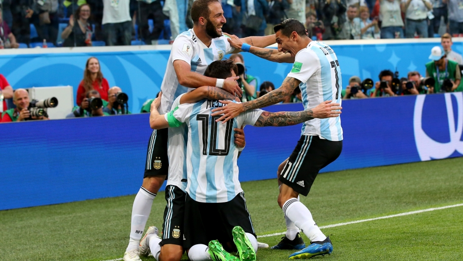 Los argentinos celebran el gol de Messi en el minuto 14. Argentina se juega la clasificación en el Mundial en su partido contra Nigeria. (Crédito: Alex Livesey/Getty Images)