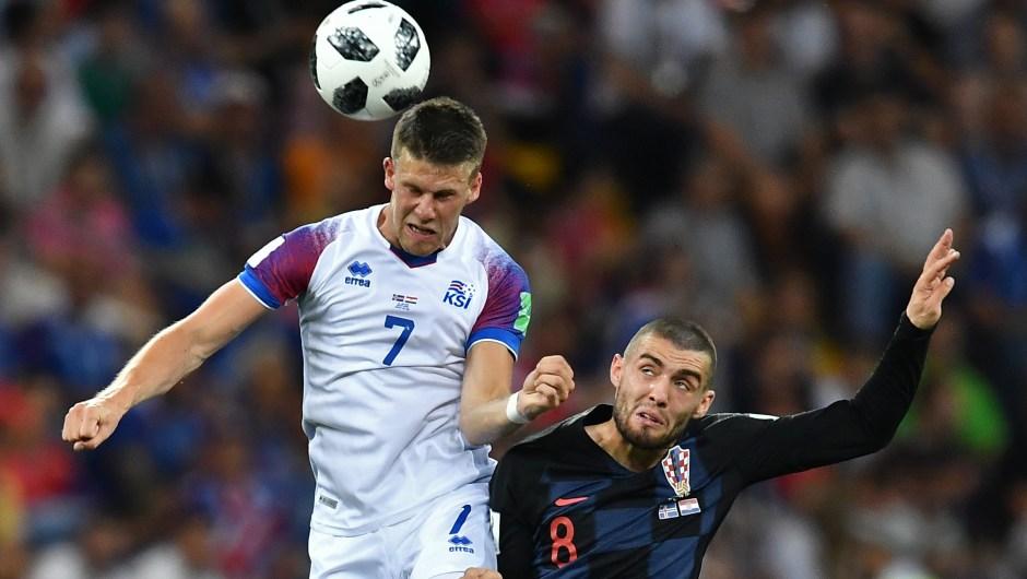 Johann Gudmundsson, centrocampista de Islandia, se enfrenta al medocampista de Croacia Mateo Kovacic durante su encuentro en Rostov Arena. (Crédito: JOE KLAMAR/AFP/Getty Images)